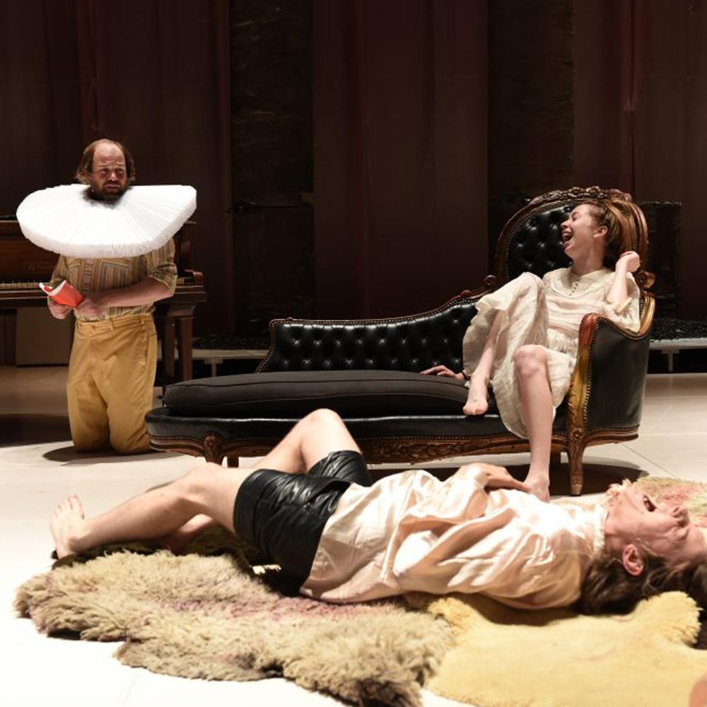 voorstellingsfoto Gesualdo: drie mensen in een klassiek ingerichte ruimte, twee van hen schaterlachen, terwijl de derde gepijnigd naar hen kijkt