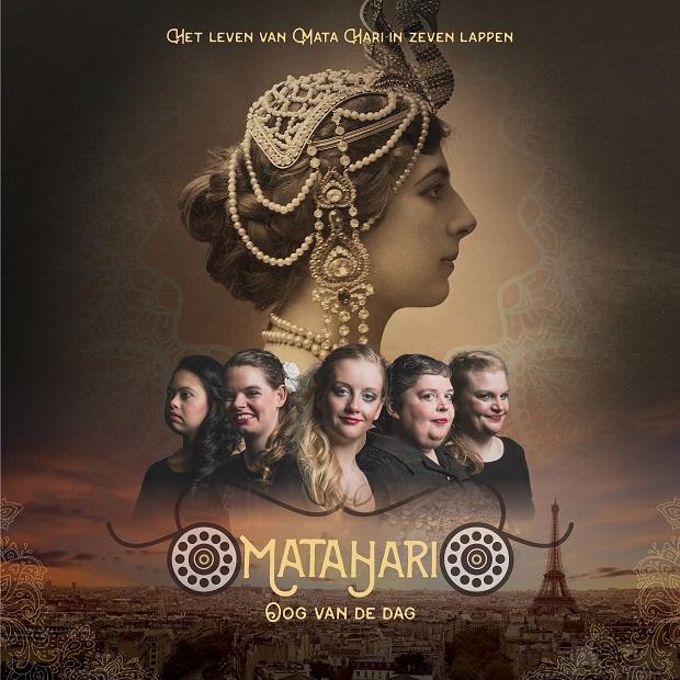 sepia portretfoto van Mata Hari. Haar hoofd is bedekt met een mutsje van sieraden en parels. Klein eronder 5 hoofden van actrices. Op de achtergrond uitzicht over Parijs.