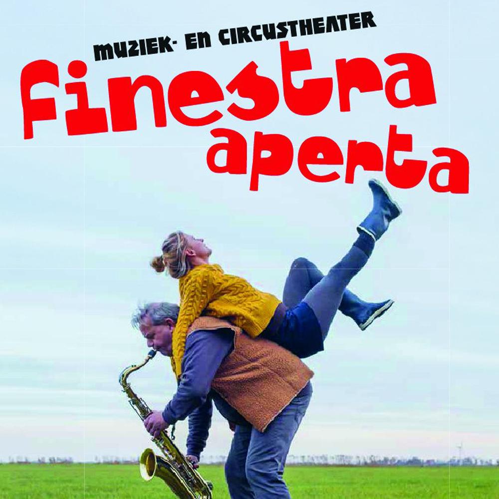 tekst Finestra Aperta op foto in weiland, een licht voorovergebogen saxofonist met een acrobate op zijn rug, zij kijkt o